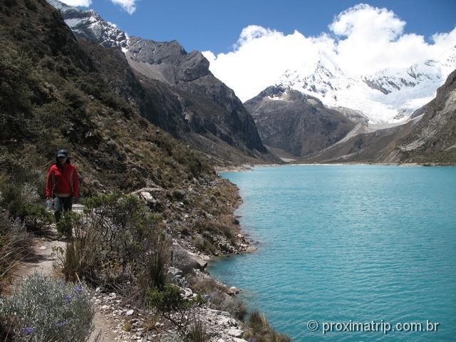 Trekking pela Laguna Paron - cor azul turquesa - e o nevado pirâmide de garcilaso, ao fundo, na cordilheir Blanca - Huaraz - Peru