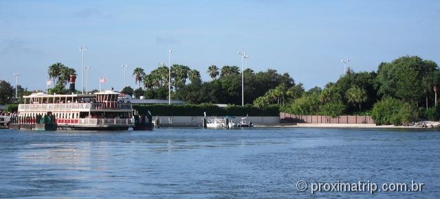 Travessia da Seven Seas Lagoon de barco