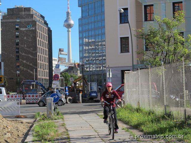 pelas ruas de Berlim de bike, e a Fernsehturm de fundo