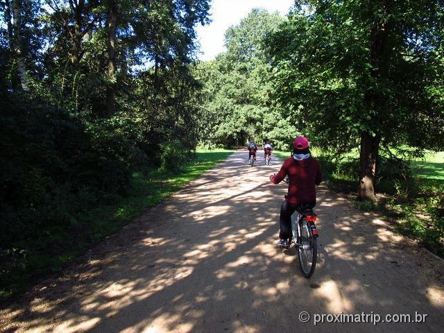 De bike pelo Tiergarten - imenso parque em Berlim.