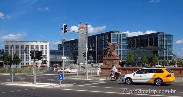 passando de bike próximo à estação de trem central de Berlim – Hauptbanhof HBF