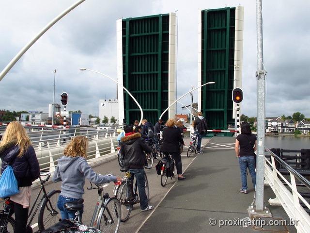 Ponte que levanta perto dos moinhos Zaanse Schans - Amsterdam