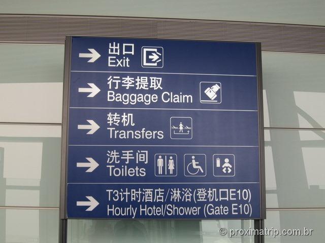 Aeroporto Internacional de Pequim (PEK) - muito bem sinalizado, em inglês e chinês