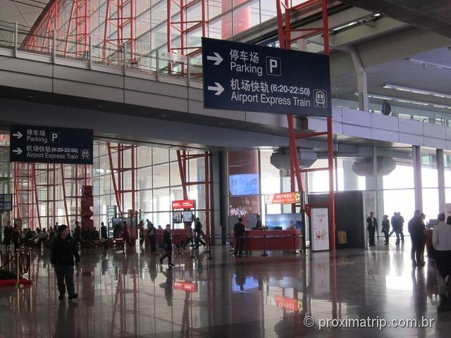 Aeroporto Internacional de Pequim (PEK) - Placas indicando o caminho até o airport express train