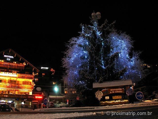Linda La Clusaz enfeitada enfeites árvore Natal