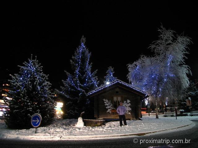 Linda muito bonita La Clusaz enfeitada enfeites árvore Natal