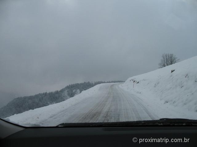 Dirigindo na neve em La Clusaz - França