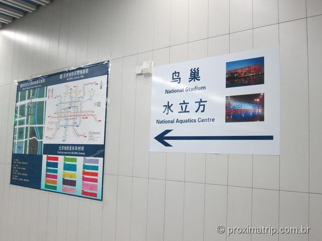 Estádio Olímpico e Water Cube - sinalização em Inglês nas saídas da estação de metrô em Pequim