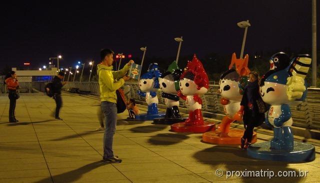 Parada para tirar foto com os Mascotes Olímpicos no Centro Olímpico de Pequim