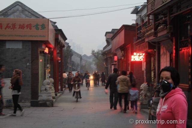 Hutongs em Pequim: poluição alta, usamos máscaras