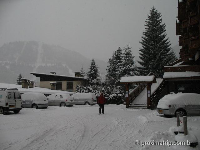 La Clusaz sob nevasca - carros completamente cobertos de neve!