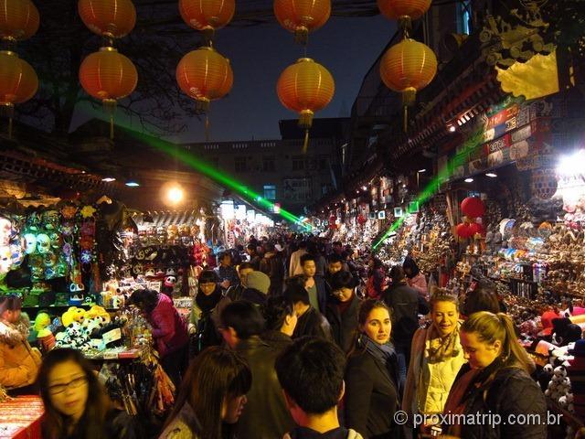 Passeio a noite nos arredores da rua Wangfujing, em Pequim