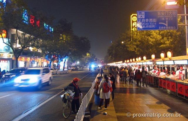 Pesseio a noite na rua Dong Anmen (travessa da rua Wangfujing), em Pequim