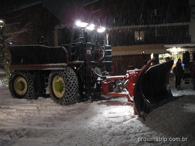 La Clusaz - o caminhão de limpar a neve das ruas
