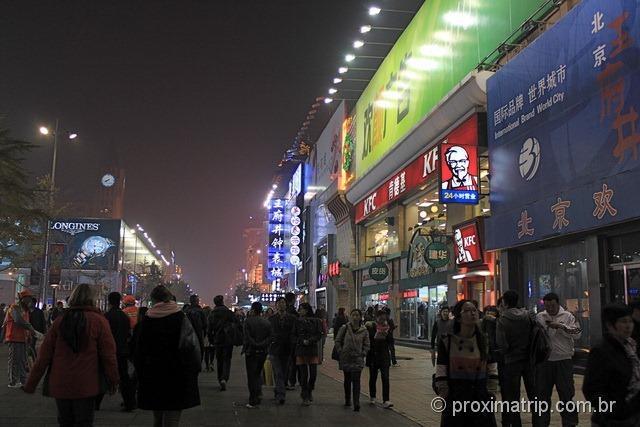 Pequim a noite: KFC na rua Wangfujing