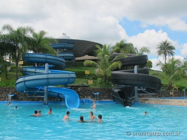 Toboágua em espiral aberto (azul) e fechado (preto) - Parque aquático Thermas Water Park - Águas de São Pedro