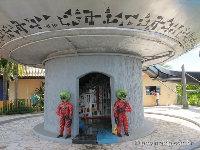 ETs guardam a entrada dos Toboáguas em espiral - Parque aquático Thermas Water Park - Águas de São Pedro