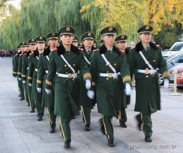 Militares marchando em rua ao lado da Praça da Paz Celestial (Tian'an Men) - Pequim - China