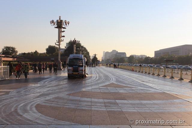 Calçada sendo lavada em Pequim - Praça da Paz Celestial