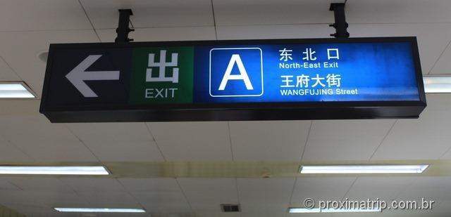 Saída metrô rua Wangfujing Pequim