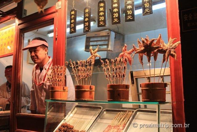 Loja vendendo espetinho escorpião insetos bizarros rua Wangfujing Pequim