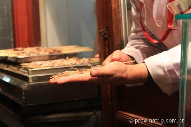 Espeto de escorpião vivo a venda em rua de Pequim