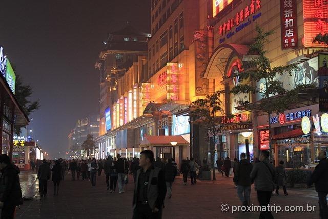 Pequim: caminhando a noite pela moderna rua Wangfujing