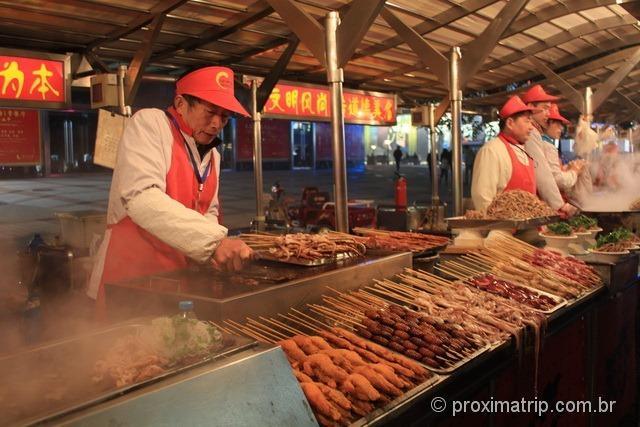 Espetinhos de insetos a venda na rua Dong Anmen, em Pequim