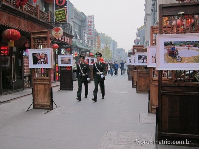 Dois guardas marchando pela rua Dashilan em Pequim