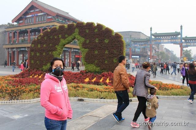 De máscaras em Pequim por causa da forte poluição neste dia - Rua Qian Men