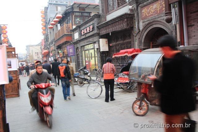 Rua Dashilan - pedestres e motos dividem o espaço