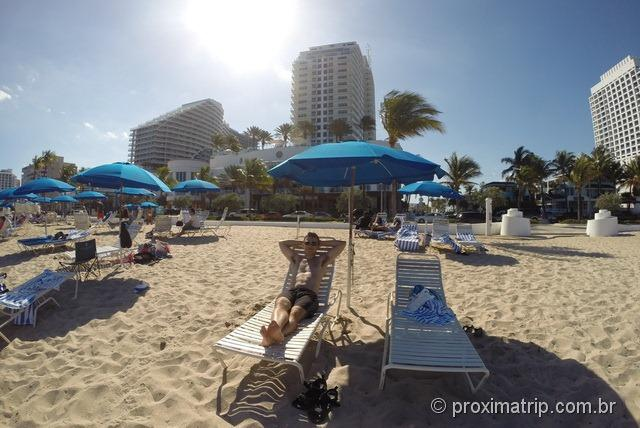 Praia e cadeiras do Hotel Hilton Fort Lauderdale