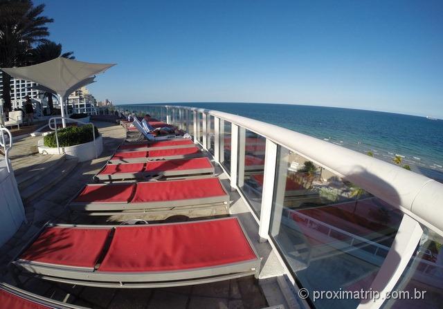 Area da piscina com uma bela vista para o mar - Hotel Hilton Fort Lauderdale