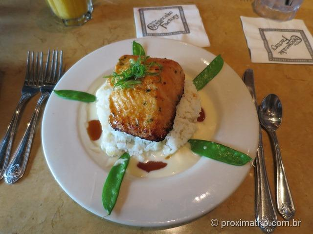 Salmão com arroz na Cheesecake Factory - Fort Lauderdale