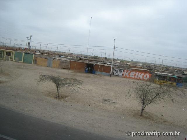 casas simples à beira da estrada, chegando em Ica