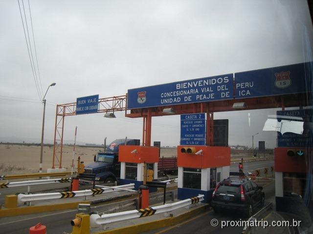 parada para pedágio, na estrada entre Lima e Ica