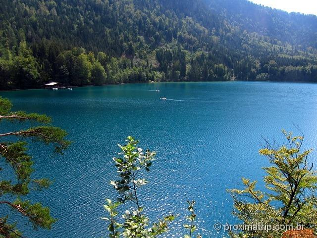 O belíssimo Lago Alpsee, próximo ao castelo de Hohenschwangau
