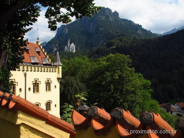 Castelo de Neuschwanstein, visto de longe, a partir do Castelo de Hohenschwangau