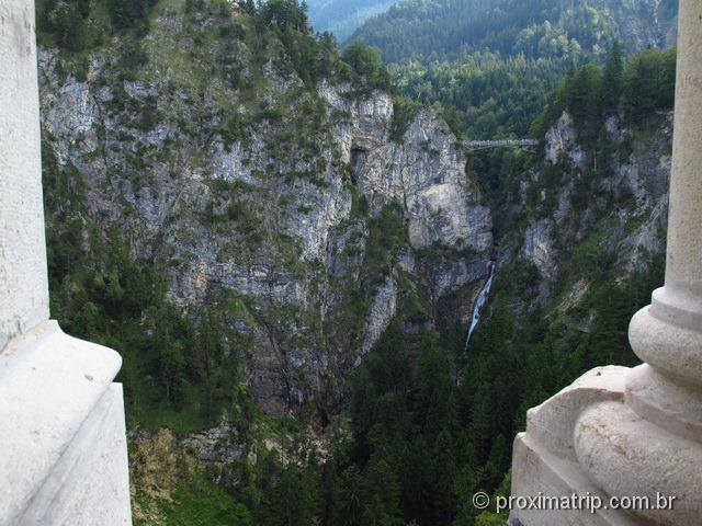 Vista da ponte marienbruke tirada do interior do Castelo de Neuschwanstein