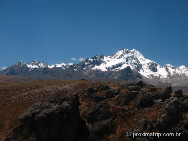 montanhas e picos nevados na saída de Huaraz rumo à Lima