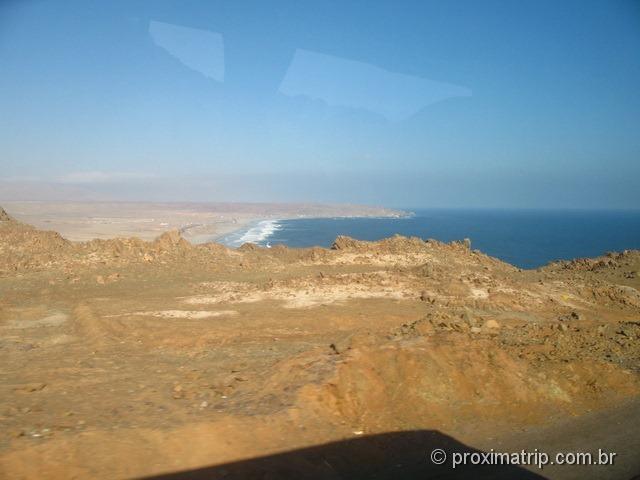 paisagem desértica e o Oceano Pacífico, no caminho de Nazca à Arequipa