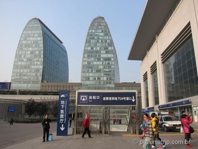 Estação de metrô/trem em Pequim. Daí sai o trem que leva até a muralha da china em Badaling