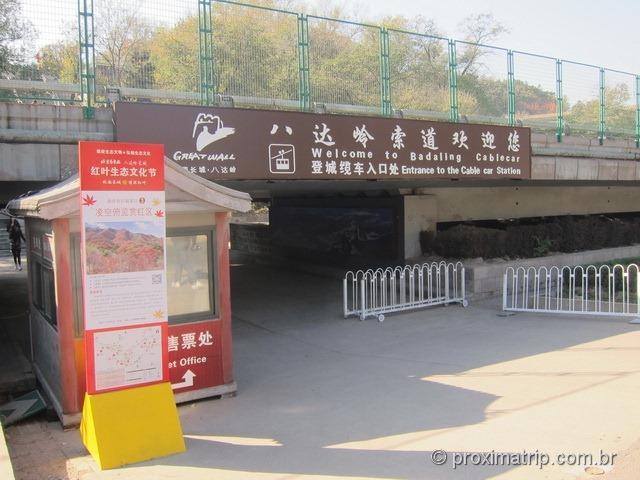 Entrada do teleférico que leva até o topo da muralha da china, em Badaling