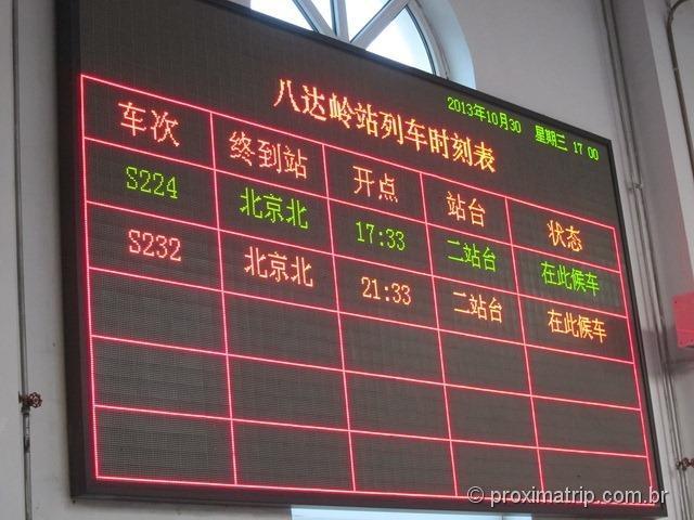 O painel informações com os horários de saída do trem S2 - Badaling - Pequim