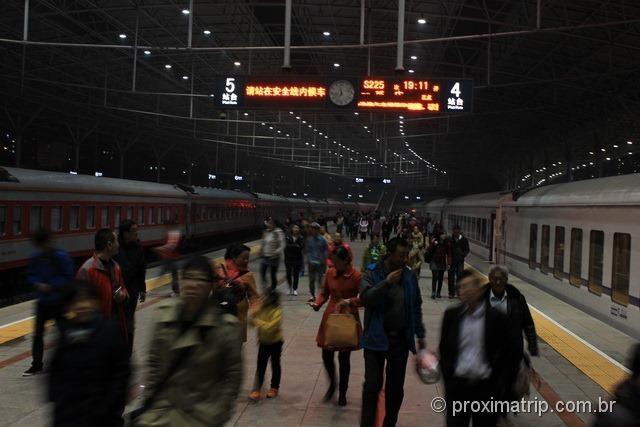 Muralha da China chegada estação trem Pequim integração metrô