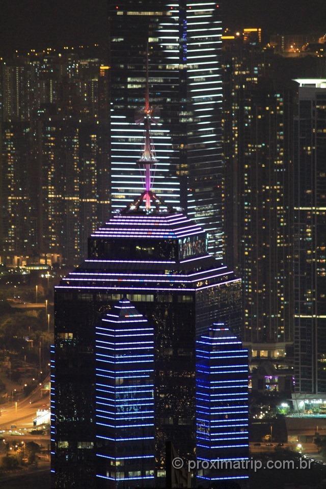 Arranha céus todos iluminados em Hong Kong
