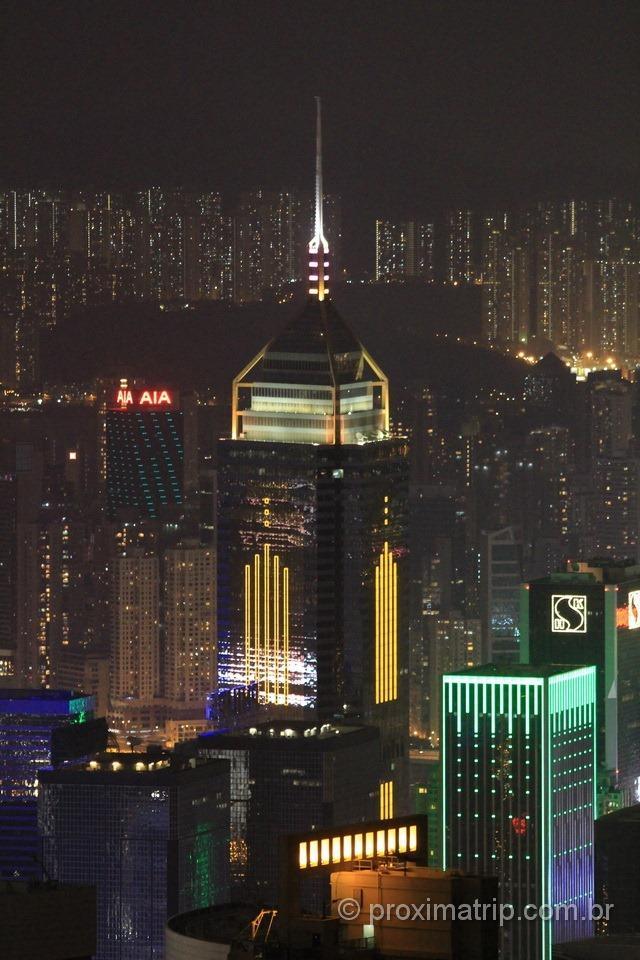 Torre iluminada do Central Plaza em Hong Kong