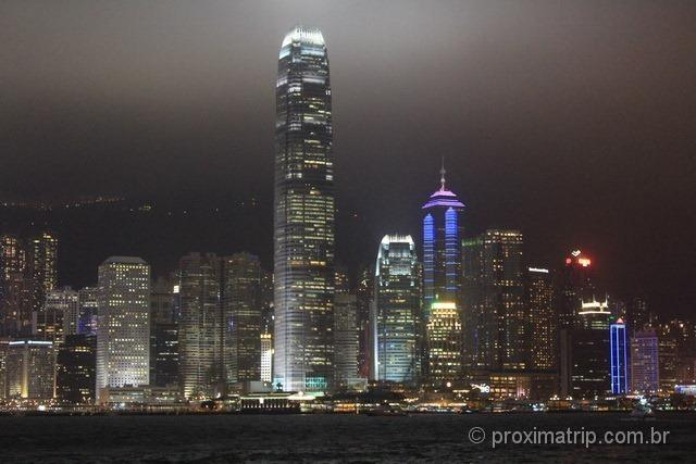 Skyline da cidade de Hong Kong a noite com seus arranha céus iluminados!