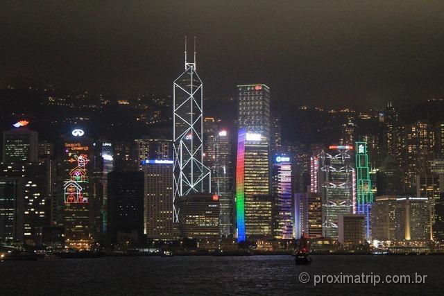 Skyline de Hong Kong a noite com seus arranha céus iluminados!