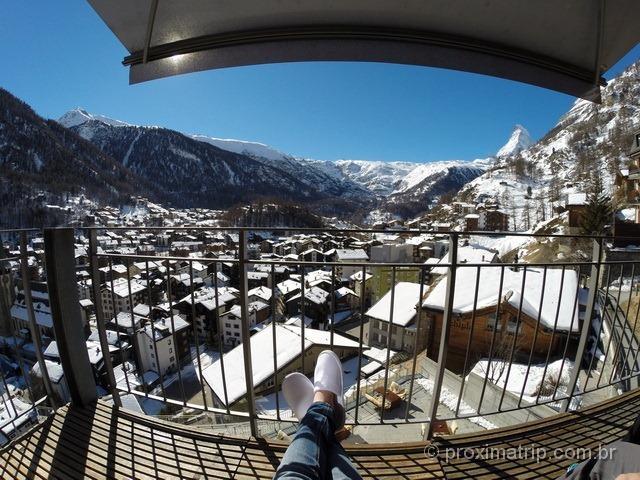 Linda vista de Zermatt e Matterhorn da varanda do hotel The Omnia